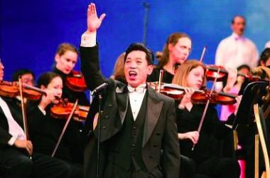 06年、ニューヨークで開催された全世界華人新年祝賀祭で歌う関貴敏氏(新唐人テレビ)