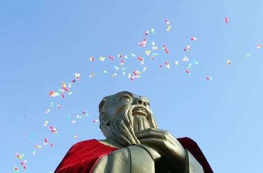 中国政府の管理機関「孔子学院は2007年9月28日、孔子の生誕を祝う式典で風船が飛ぶ(China Photos/Getty Images)