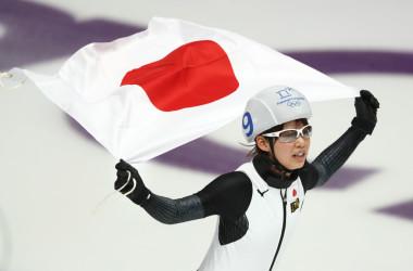 平昌オリンピック15日目、スピードスケートの女子マススタートが24日に行なわれ、高木菜那選手が決勝に進出し、金メダルを獲得した。優勝し国旗を掲げリンクを回る高木選手(Ronald Martinez/Getty Images)