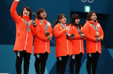 初の銅メダルに歓喜する女子カーリングの日本代表選手たち(Photo by Ronald Martinez/Getty Images)