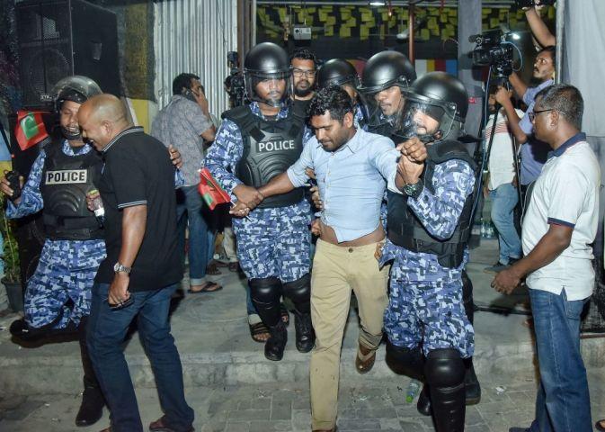政情不安定のため、2月5日に非常事態宣言が出されたモルディブ。写真は21日、野党支援者が警察に連行される様子。(AHMED SHURAU/AFP/Getty Images)
