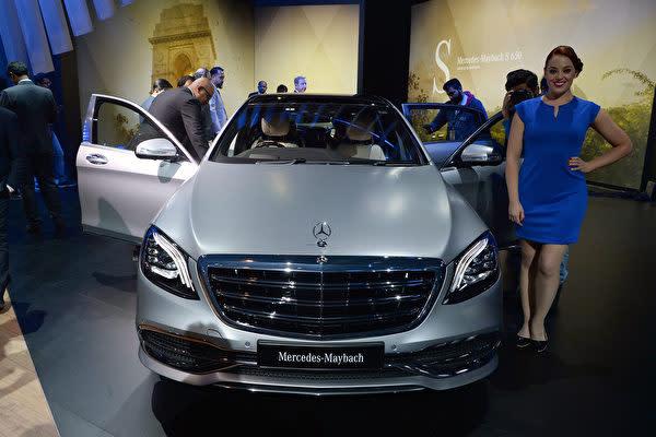 2月9~14日まで開催されたインド・デリーモーターショーで展示されたメルセデス・ベンツ超高級車マイバッハの新モデル。(SAJJAD HUSSAIN/AFP)