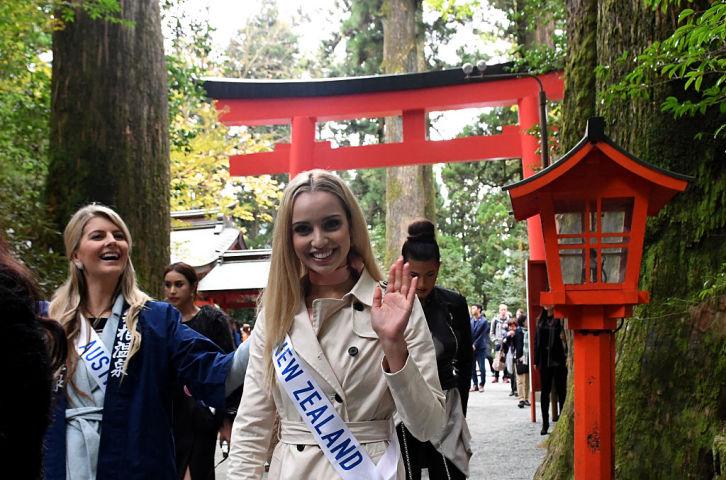 神韻ニュージーランド公演で、高い観賞価値に驚嘆したとジェシカ・タイソン(Jessica Tyson)さんは述べた。写真は2016年10月24日、東京開催のミス・インターナショナル2016で、ニュージーランド代表として箱根を訪れたジェシカさん(中央)(TOSHIFUMI KITAMURA/AFP/Getty Images)