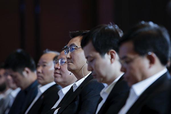 中国インターネットサービス最大手騰訊控股有限公司(テンセント)」創業者の馬化騰氏(右から3人目)は2年間連続全人代の代表を務めている。(Lintao Zhang/Getty Images)