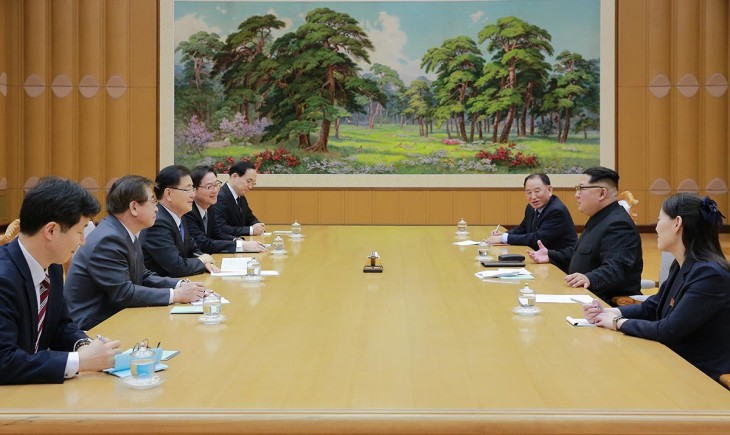 会談中の韓国特使団(左)と金正恩氏、金与正氏、金英哲氏(右)(韓国大統領府)