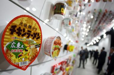 中国では高速鉄道の車内でカップ麺を食べてもいいという意見がある一方、遠慮したほうがいいという反対意見も出ている。(Junko Kimura/Getty Images)