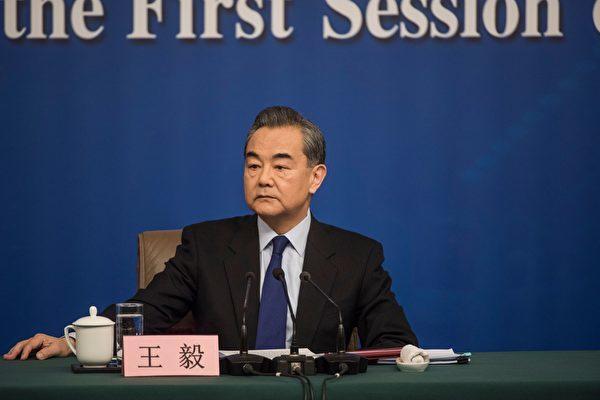 中国外交部の王毅・部長(64)は8日の記者会見において、日本に好感を持つ国民、いわゆる「精日分子」について、「中国人の堕落者だ」と発言した。(DUFOUR/AFP/Getty Images)