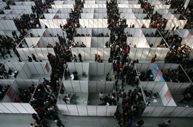 中国国家統計局の寧吉喆局長によると、18年中国の新卒者人数が過去最多の820万人に達する。写真は過去、中国国内大学卒業生の就職活動イベントの様子。(Getty Images)