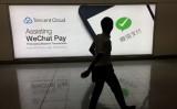 Wechatのログの前を歩く市民。写真は2017年8月に撮影したもの。(Richard A. Brooks/AFP/Getty Images)