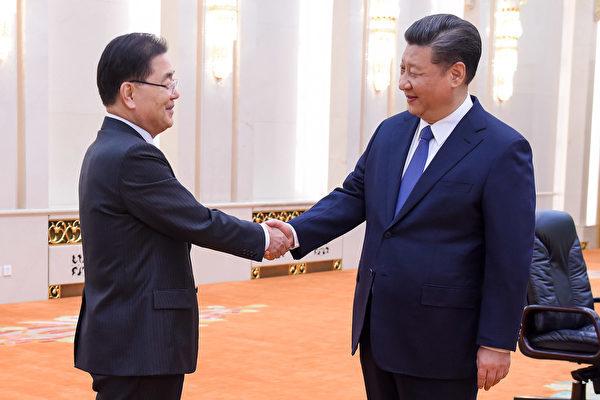 韓国の鄭義溶・大統領府国家安保室長は12日訪中し、習近平国家主席、楊潔篪国務委員、王毅外相と相次いで会談した。(ETIENNE OLIVEAU/AFP/Getty Images)