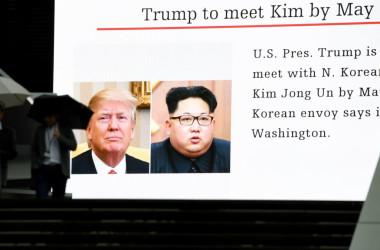 3月9日、東京都内の街中にあるスクリーンに掲載された、トランプ大統領と金正恩委員長との首脳会談が5月までに行われるとの報道(TOSHIFUMI KITAMURA/AFP/Getty Images)
