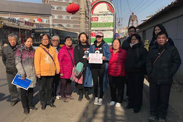 2015年中国当局に拘束された王全璋弁護士の妻、李文足氏(中央、帽子を被っている方)は16日中国最高裁に対して26回目となる書簡を提出し、夫の安否を開示するよう求めた。(李文足氏のツィッターより)