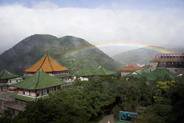 昨年11月30日台湾台北市陽明山にある中国文化大学キャンパスで約9時間出現し続いた虹は、ギネス世界記録に最も長時間観測できた虹として認定された。(中国文化大学提供/中央社)