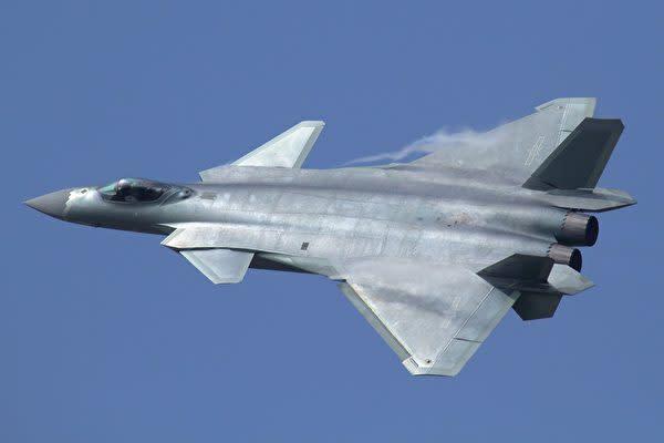 中国の殲−20戦闘機(Alert5/Wikimedia commons)