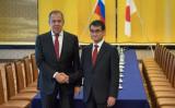 3月21日、東京で、日露首脳会談に臨むセルゲイ・ラブロフ外務大臣(左)と、河野太郎外務大臣(右)。同日の服装について「完全にかぶった」と河野太郎外務大臣がツイートした(NICOLAS DATICHE/AFP/Getty Images)
