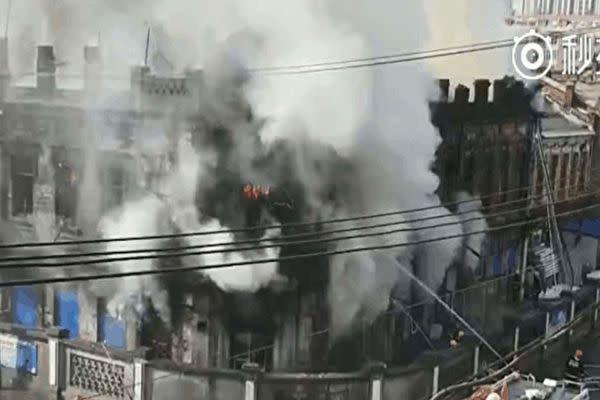 3月21日午前7時ごろ、中国中国黒龍江省ハルビン市では築80年以上で2階建てのバロック様式建物で火事が発生した。(スクリーンショット)