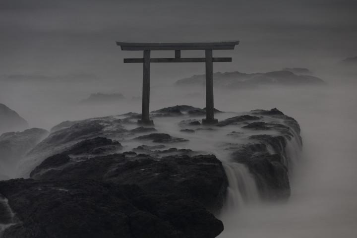 ツイッターユーザすみのふさんの撮影した、大洗の磯前神社「神磯の鳥居」の写真が、神々しい天上のようと話題になっている(写真@smirnoff_1006)