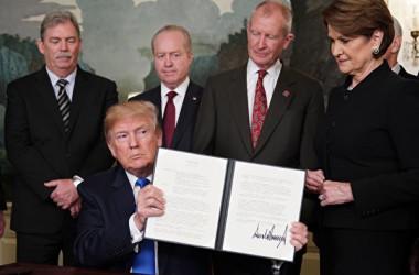 米紙・ウォールストリート・ジャーナルによると、米中両国高官は貿易戦を回避するために、水面下で交渉を開始した。(MANDEL NGAN/AFP/Getty Images)