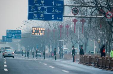 3月27日、北朝鮮の金正恩委員長は、北京の迎賓館である魚釣台国賓館を訪問した。28日に帰国した。写真は、北京中心部の周辺道路を警備する中国警察(FRED DUFOUR/AFP/Getty Images)