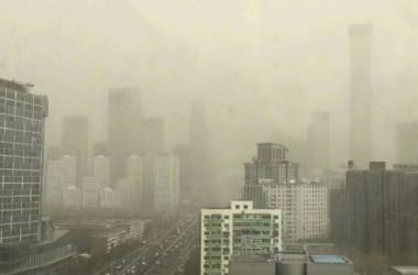 中国人ネットユーザーが投稿した黄砂に見舞われた北京市の様子を写った写真。(微博より)