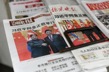 中朝首脳会談が行われ、中国国内の28日付け各紙は一面で報じた(FRED DUFOUR/AFP/Getty Images)