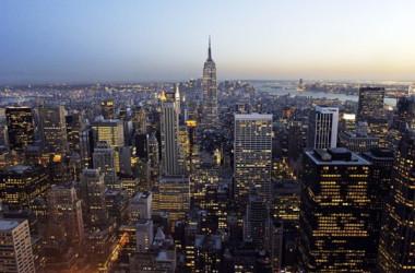 米ニューヨーク市中心街マンハッタンの夜景。(Stan Honda/AFP/Getty Images)