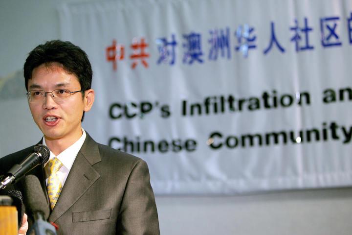 2005年、亡命を申請後シドニーで会見を開く、元中国外交官・陳用林氏(Greg WOOD/AFP/Getty Images)
