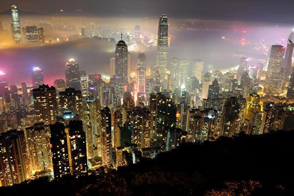 「100万ドルの夜景」として知られる香港ビクトリア・ハーバーの夜景(RICHARD A. BROOKS/AFP/Getty Images)