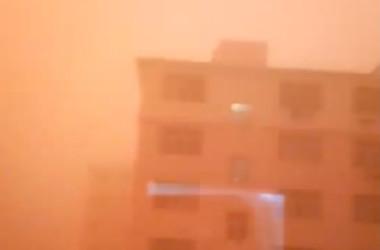 中国内モンゴル自治区のシリンゴル盟では5日、オレンジ色の黄砂に見舞われた。(微博より)