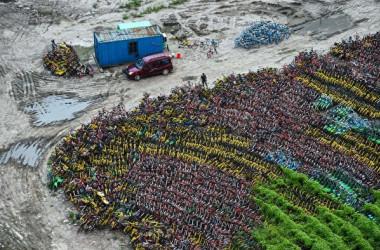 昨年8月24日、廃棄になった自転車シェアリング用の自転車が上海にある駐車場に集められた。(CHANDAN KHANNA/AFP/Getty Images)