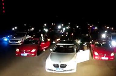 中国当局がこのほどスマホ向けアプリ「内涵段子」を閉鎖したのを受けて、同アプリのユーザーらが11日早朝、検閲当局の前で車のクラクションを鳴らして抗議した(ネット写真)