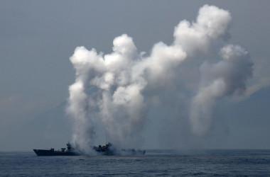 台湾・宜蘭県の蘇澳港付近で演習を行うF-16戦闘機(Photo credit should read SAM YEH/AFP/Getty Images)
