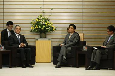 安倍首相が16日中国の王毅外相と会談を行った(AFP PHOTO/POOL/TORU HANAI)