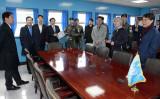 北朝鮮の核廃棄こそ、4月末の南北会談における重要な目標となっている。写真は4月27日の南北首脳会談が開かれる板門店にいる韓国大統領府関係者たち(韓国大統領府提供)