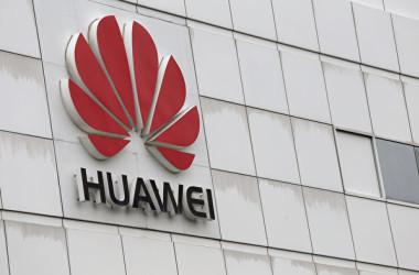 中国通信機器大手ファーウェイが25日、計画中のユーロ建て社債発行を延期すると発表した。米捜査当局が前日、同社について、イラン制裁違反の疑いがあるとして捜査を進めていると示した。(Getty Images)