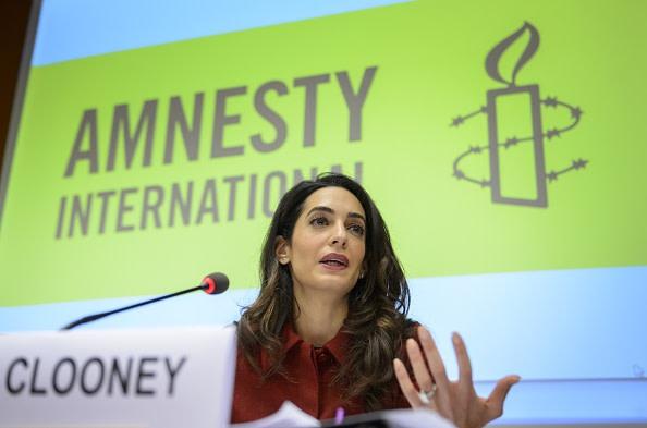 有刺鉄線を巻き付けたキャンドルがアムネスティーのシンボル(SWITZERLAND-MALDIVES-POLITICS-DIPLOMACY/Getty Images)