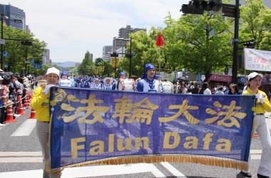 今年で連続17回目の参加となる法輪功団体のパレード(廣田)