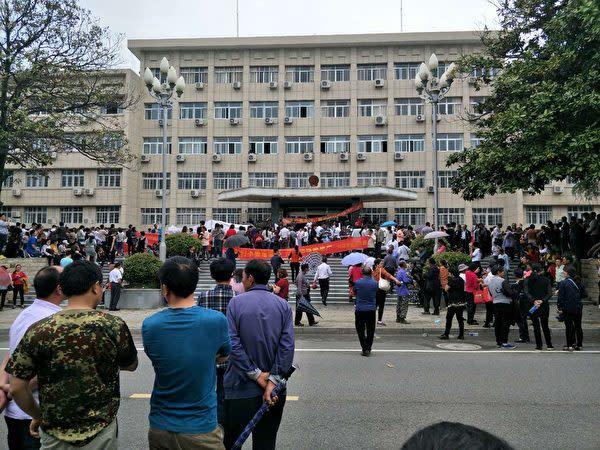 5月1~2日、中国安徽省と湖南省の各地で、ゴミ焼却発電所建設をめぐって住民による大規模な抗議活動が行われた。写真は、安徽省太湖県政府前。(抗議参加者が提供)