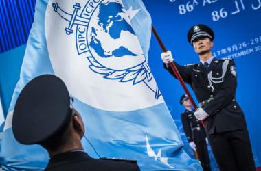 2017年9月、北京で開催された国際刑事機構(インターポール)総会で、中国警官が式典で旗を掲げる(interpol.int)