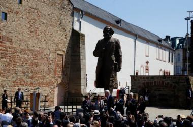 マルクス生誕の地であるドイツ・トリアーに、マルクス像が中国共産党より寄贈された。5日には除幕式が行われた(Wolfgang Rattay/Reuters)