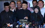 マレーシア野党連合を率いる92歳のマハティール元首相は10日、公選で首相に再就任した(ROSLAN RAHMAN/AFP/Getty Images)