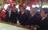 トマト栽培を視察する中国の李克強総理と、同行する安倍首相。副官房長官の投稿(nishy03)