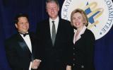 90年代、民主党全国委員会(DNC)のイベントで撮影された(左から)マカオ富豪・呉勝立とビル・クリントン大統領、ヒラリー夫人(ChinaWatchCanada)