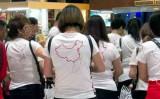 「九段線」が描かれたTシャツを着た中国人観光客の一団。ベトナム空港警察に、空港を出る前に脱ぐよう命じられた(twitter)