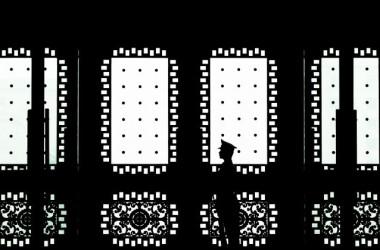 2013年4月23日、中国北京の八一ビルの正面玄関を護衛する中国の兵士。中国政権は、米国企業と米国政府をターゲットとする軍事ハッカー網を営む (Andy Wong/Getty Images)