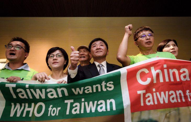 ジュネーブで開かれたWHAで、参加を求める台湾代表。写真は2018年5月に撮影されたもの。(FABRICE COFFRINI/AFP/Getty Images)