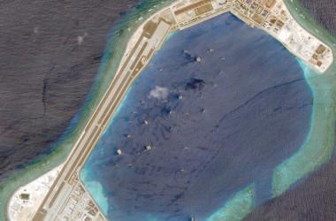 NGOメディアのアースライズが公開した、南シナ海の人工島となったスービ礁。3000メートルの滑走路もある。同報道によると、中国は400棟ものビルを建設している(スクリーンショット)