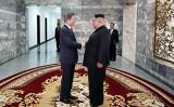 北朝鮮の金正恩・朝鮮労働党委員長と韓国の文在寅大統領は26日、軍事境界線上にある板門店の北朝鮮側の「統一閣」で、電撃的に南北首脳会談を行った(Photo by South Korean Presidential Blue House via Getty Images)