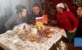 ウイグル族家族の家に中国共産党政府職員がホームステイしている(Human Rights Watch)