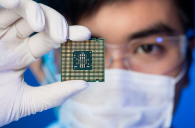 中国政府はハイテク技術発展計画「中国製造2025」で、「国産」半導体産業の発展を目指している(Dragon Images/Shutterstock)